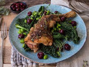 Saftig kyllinglår med svartkål, edamame og kirsebær