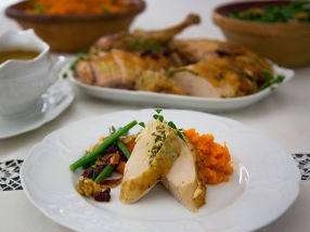 Helstekt kalkun med cidersaus, søtpotetmos og bønnesalat