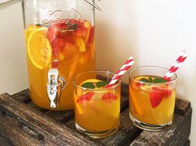 Fruktdrikk med jordbær og mynte