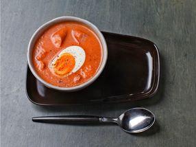 Hjemmelaget tomatsuppe med kokt egg og pølsebiter