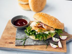 Kyllingburger med kyllingfilet og rømmedressing
