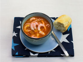 Hjemmelaget tomatsuppe med reker og urter