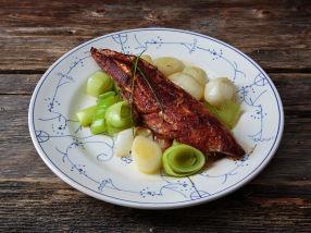 Paprika- og chilikrydret makrell med smørstekt purre