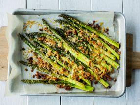 Ovnsbakte asparges med parmesan og sprø smuler
