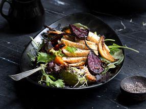 Høstsalat med kyllingbryst og ovnsbakte grønnsaker