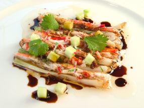 Varm kongekrabbe med hvitløk, soya og vårløk