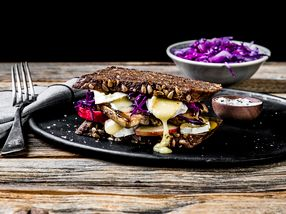 Ostesmørbrød med Gangstad Karveost, svineribbe og rødkål