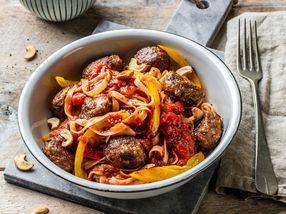 Wok med nudler, tomatsaus og kjøttboller