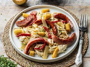 Wok med grønnsaker, nudler og kjøttpølse