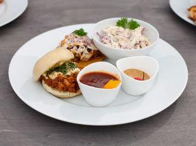 BBQ pulled pork sliders med coleslaw