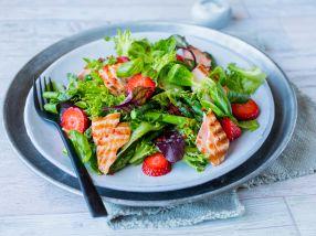 Salat med asparges, laks og jordbær