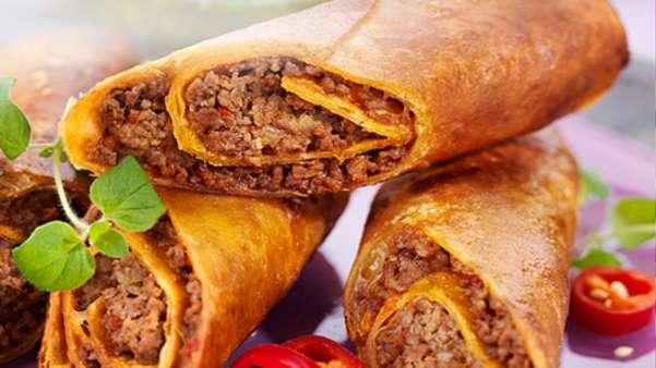 Tortillaruller fylt med tacokrydret kjøttdeig og chimichurri