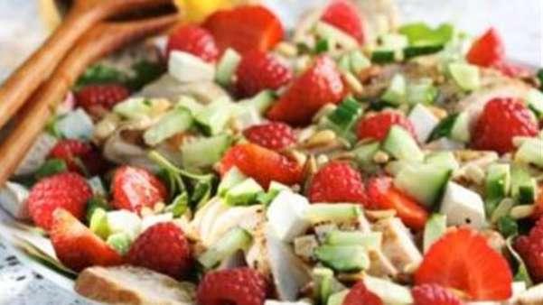 Salat med jordbær, ost og kylling