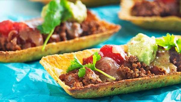 Hete kjøttdeigtubs med salsa og friske grønnsaker