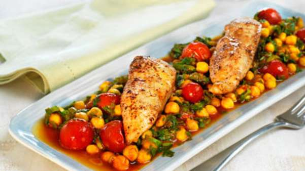 Stekt kyllingbryst med kikerter og tomater
