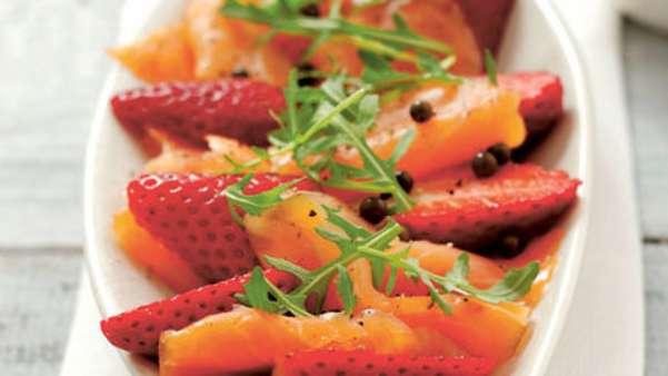 Salat med røkelaks og jordbær