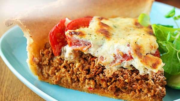 Sterk kjøttdeigpai med tomat, løk og rød jalapeño