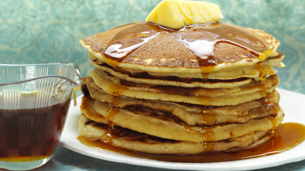 Amerikanske pannekaker med sirup og smør