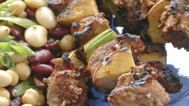 Grillspyd med svinefilet, fersken og purre
