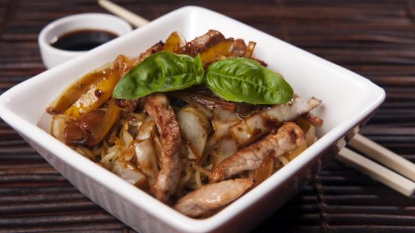 Svinewok med spreke grønnsaker