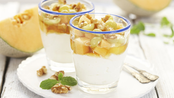 Yoghurt med frukt, honning og nøtter