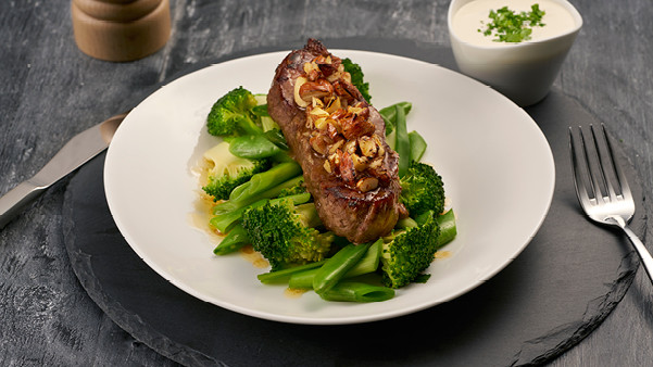 Biff med ristede mandler og grønn brokkolisalat