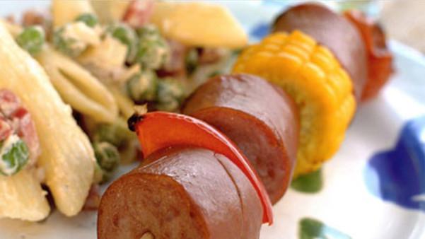 Pølsespyd med pastasalat