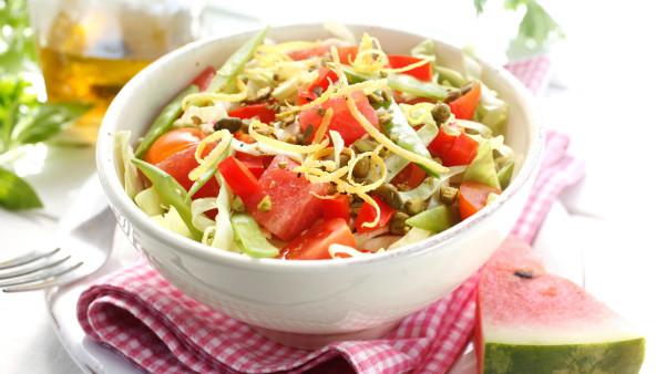 Spisskålsalat med vannmelon og pistasjenøtter