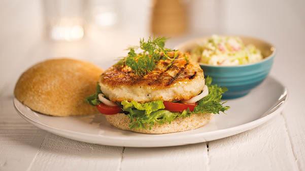 Fiskeburger og coleslaw