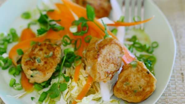 Grove fiskekaker med asiatisk kålsalat