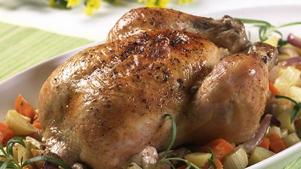 Helstekt kylling på grønnsakseng