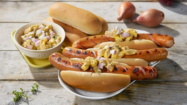 Grillet hotdog med sennepsløk