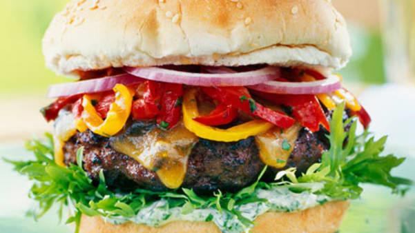 Hamburger med ovnsbakt paprika og urtekrem