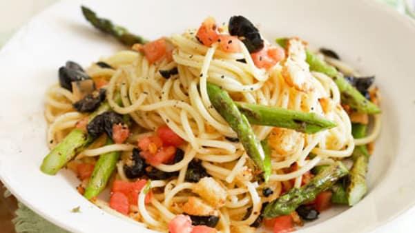 Spagetti med grillet asparges og krutonger