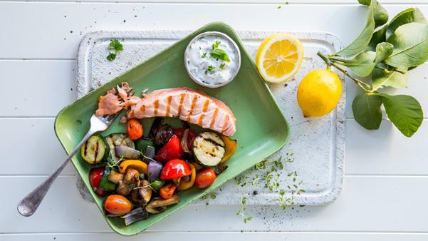 Ovnsbakt laks  med grillede grønnsaker og urtesaus