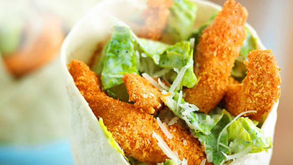 Sprø kyllingwrap med cæsardressing og revet parmesan