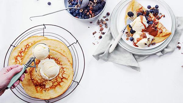 Pannekaker med vaniljeis, ristede nøtter, friske bær og salt karamellsaus