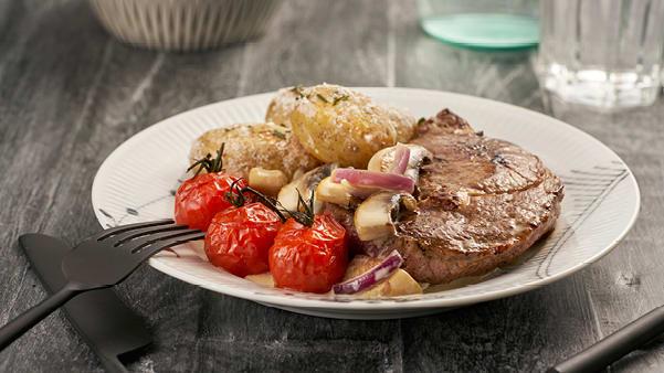 Biff med soppsaus og salt- og rosmarinbakte poteter