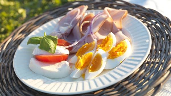Sommertallerken med egg og skinke