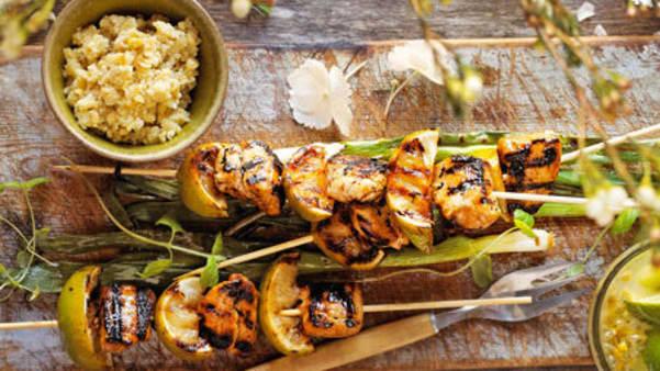 Kyllingspidd med grillet vårløk og nøttedip