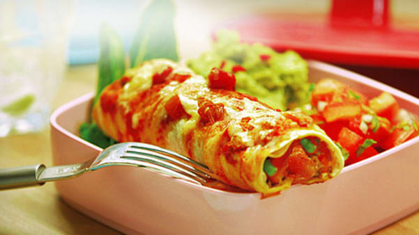 Gratinert burrito fylt med krydret kjøttdeig og toppet med salsa
