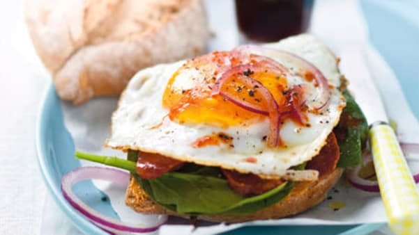 Rundstykke med egg og spekepølse