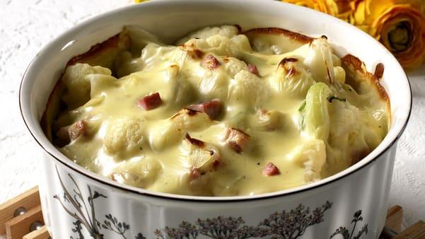 Blomkålgrateng med skinke og ost