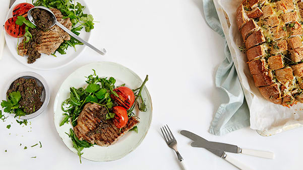 Nakkekoteletter med tapenade og østebrød
