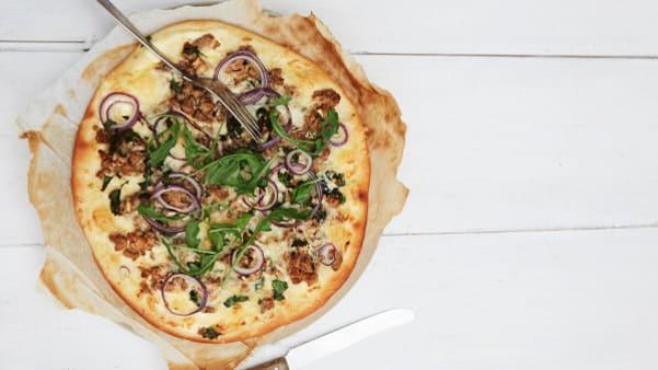 Pizza Cæsar med kalkun og ruccula