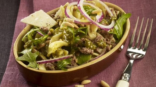 Lun pastasalat med kjøttdeig og pesto