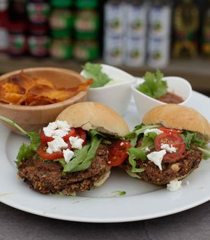 Vegetarburger med søtpotetchips, avocadokrem og frisk koriandersalsa