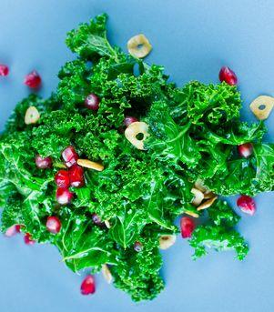 Hvitløksstekt grønnkål med granateplekjerner