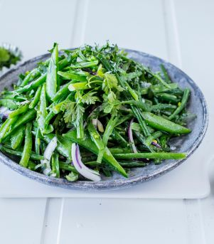 Aspargesbønner og sukkererter med sennepsdressing