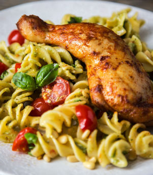 Kyllinglår med tomat og pastasalat